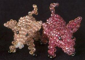 Бисероплетение животных, поросята из круглого мелкого бисера, две свинки их желтого и красного бисера.