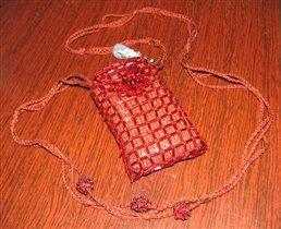 Основа вывязана крючком из ниток Ирис.  Для декорирования чехла использован стеклярус и бисер.
