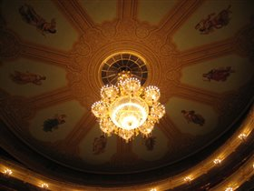 Люстра и музы на потолке театра