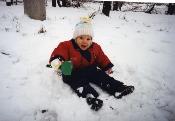 Снежная баба та которая сидит на снегу