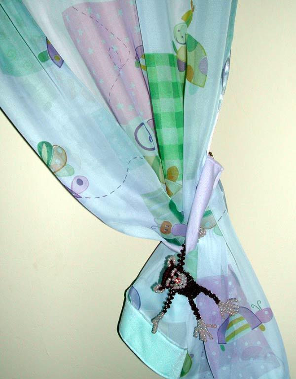 16.09.2004 Обезьянка из бисера (к новому году Обезьяны) + шторы в детскую.  Адрес фото. http://eva.ru/R2aRH.