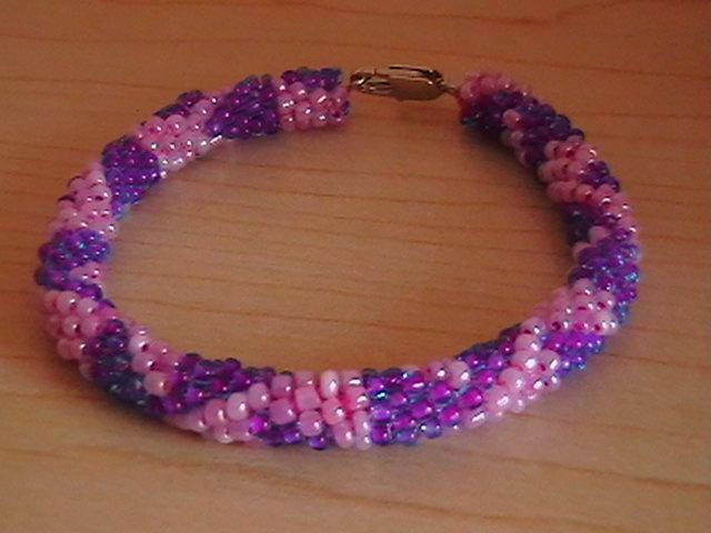 Плетем шнур из бисера Такой вот универсальный жгут может стать прекрасным колье на шею или свисать как длинный лариат...