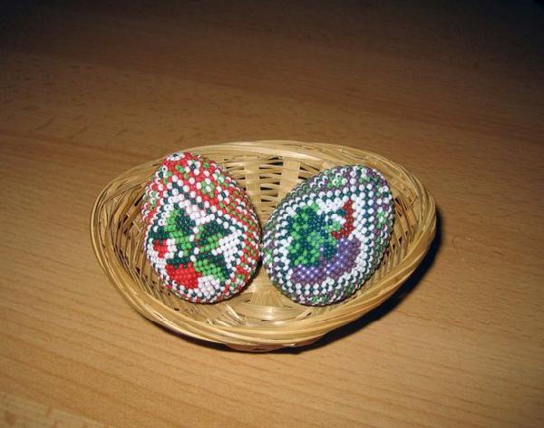 Хочу и я поделиться опытом, давно плету к Пасхе яйца из бисера.  На моей страничке можно посмотреть...