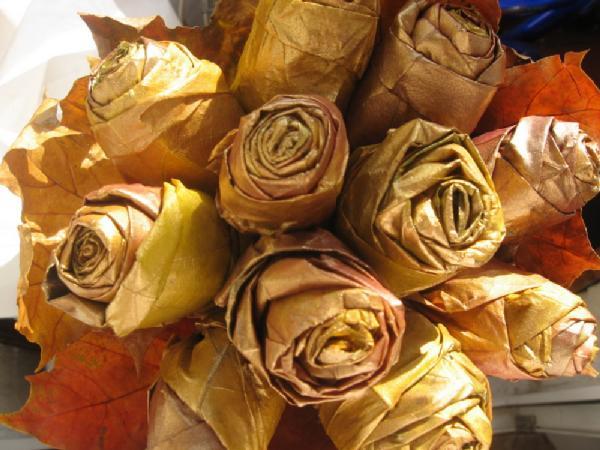 Розы из осенних листьев поделки из