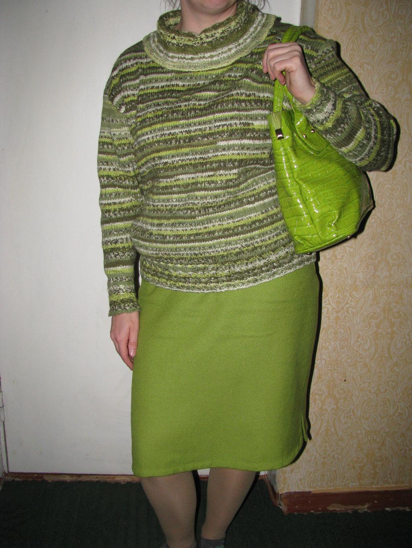 Секретарша в зеленом свитере 2 фотография
