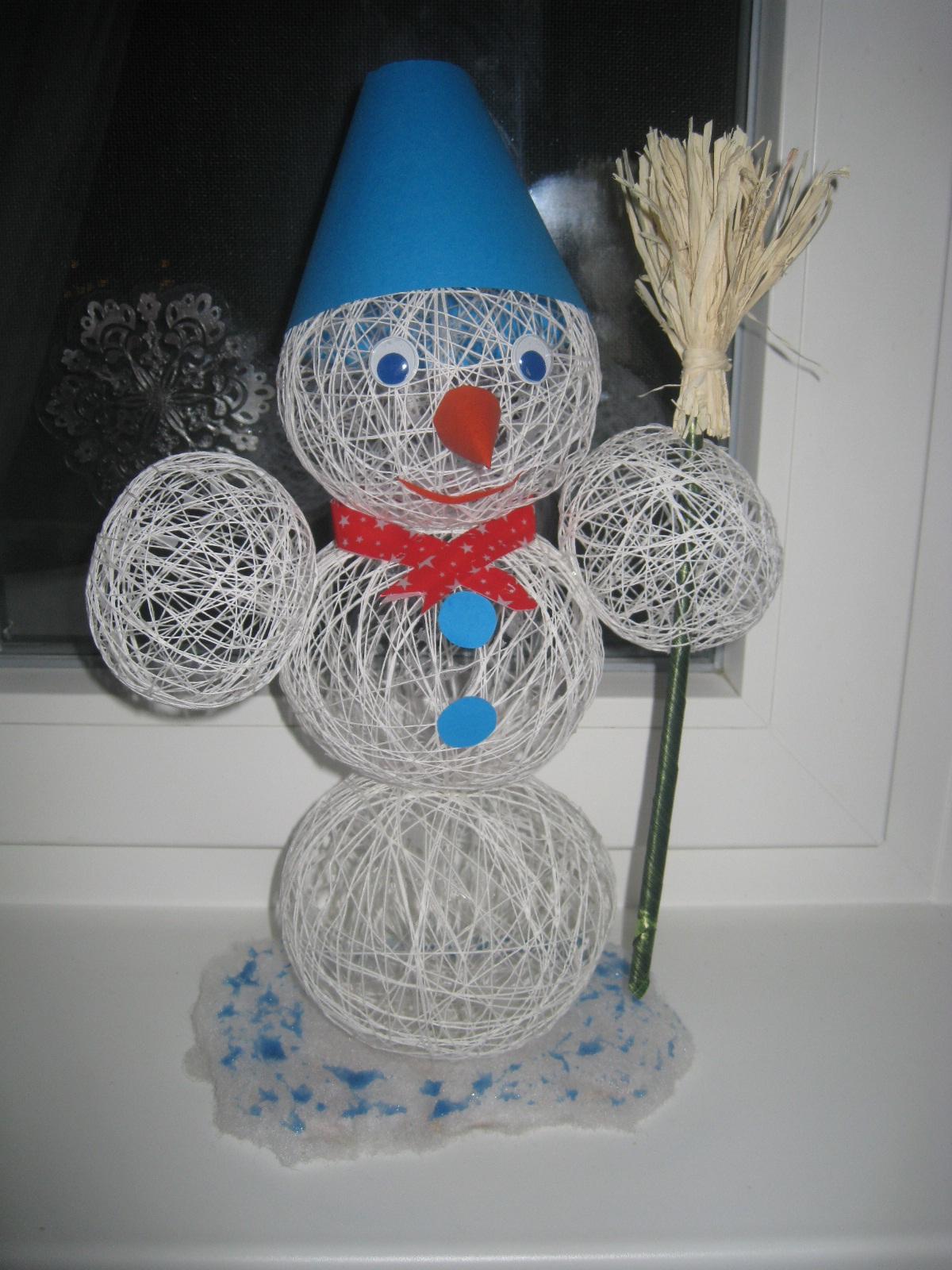 Снеговик своими руками из ниток и клея
