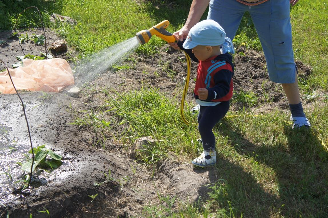 Бабушке поливать огород дача 2011