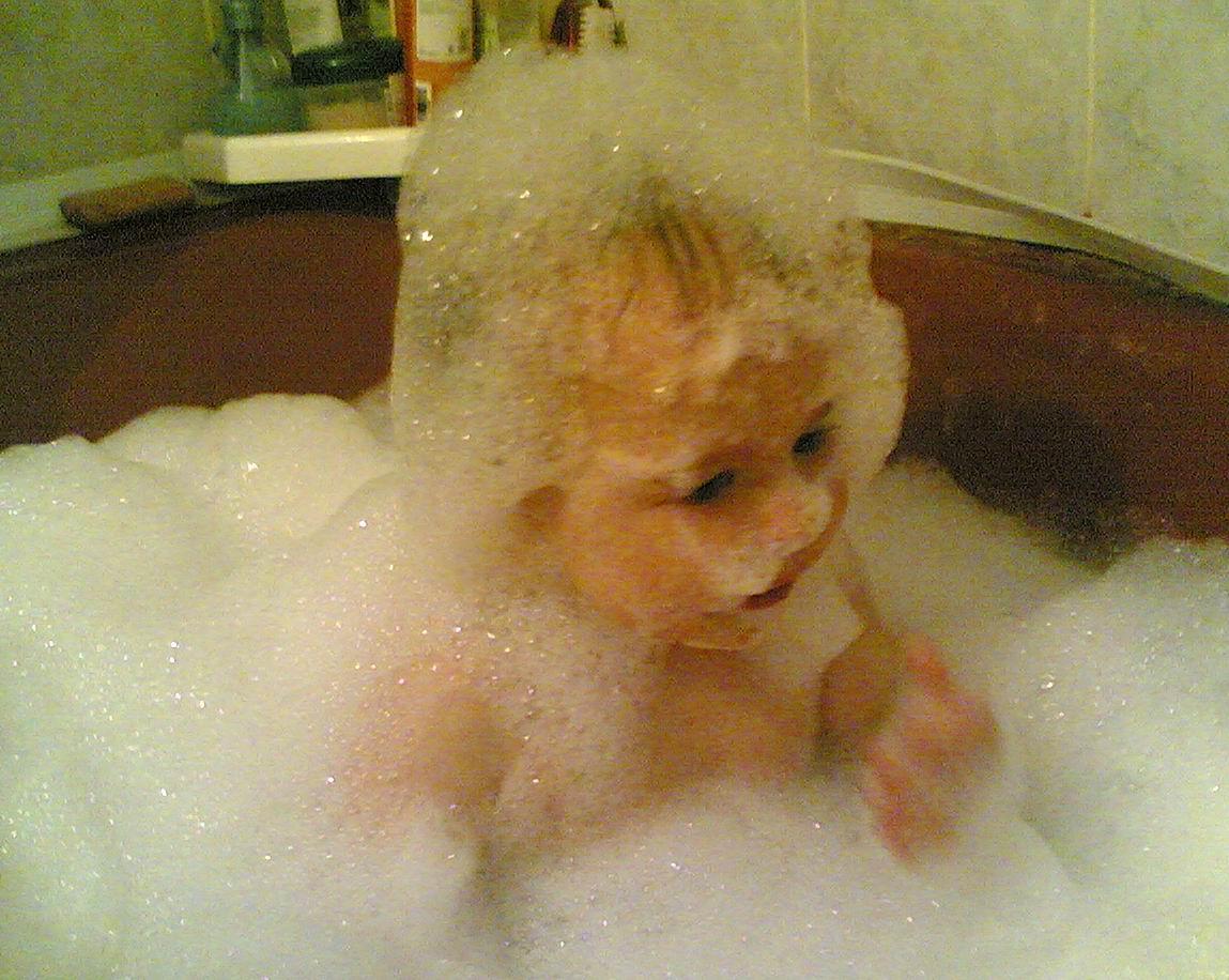 Ребенок пена в ванной фото