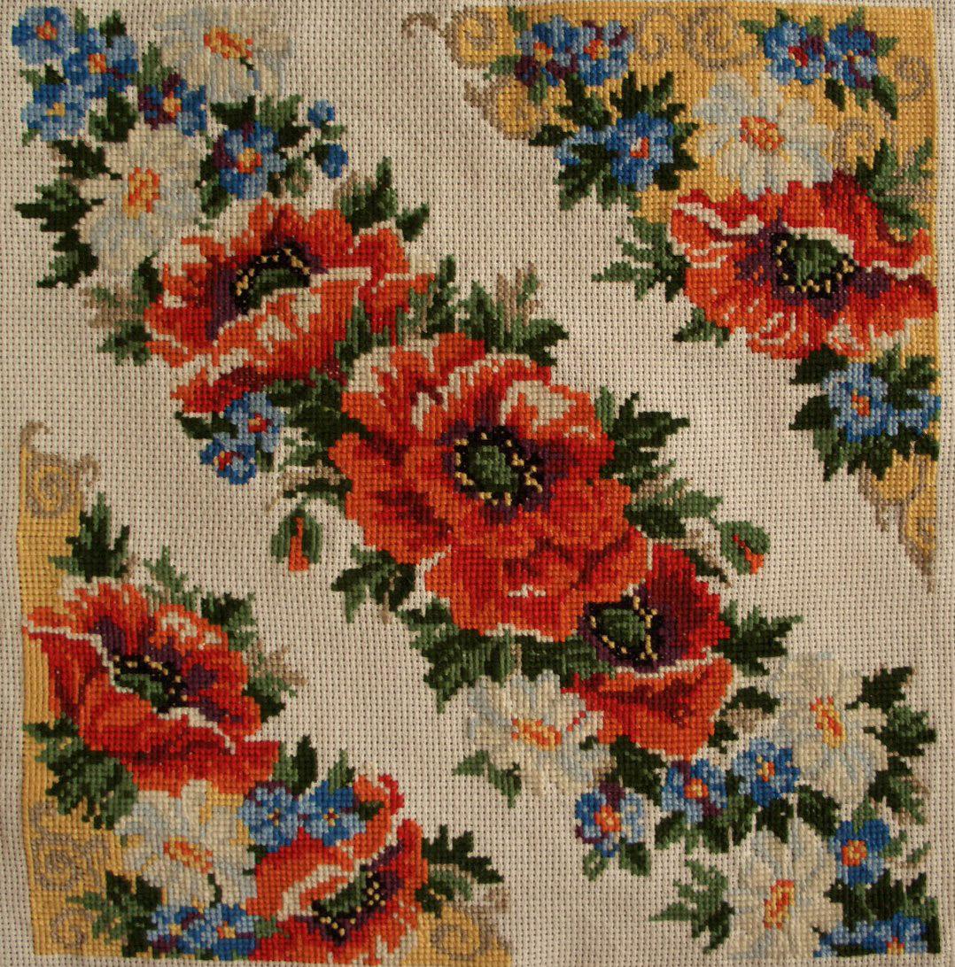 Вышитые крестом подушки в черно-белом цвете 97