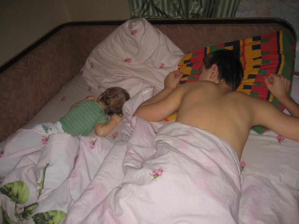 порно брат трахнул сваю спяшею сестрёнку фото