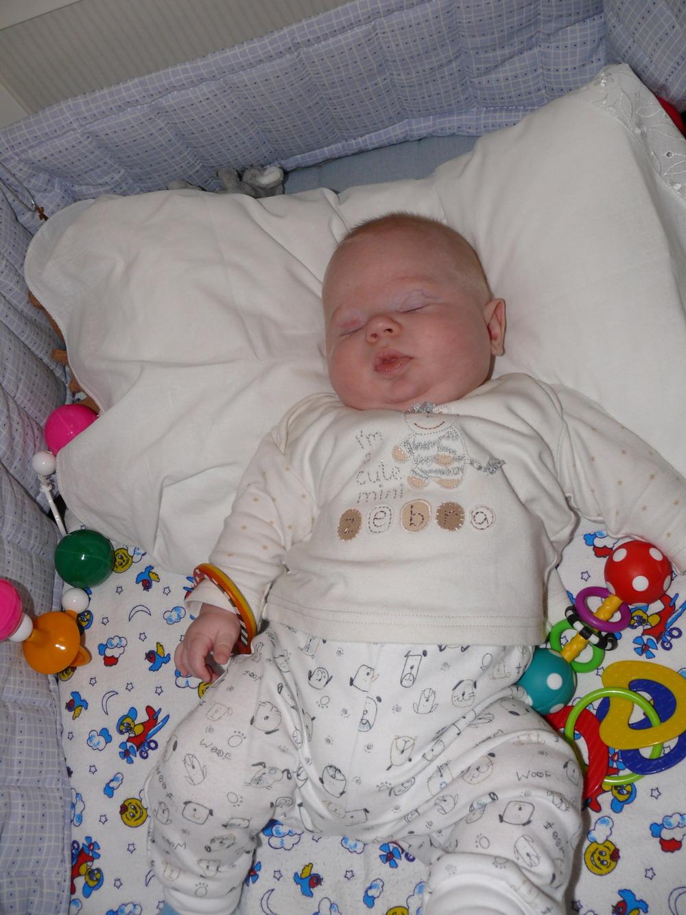 Спящий ребёнок 7 месяцев фото