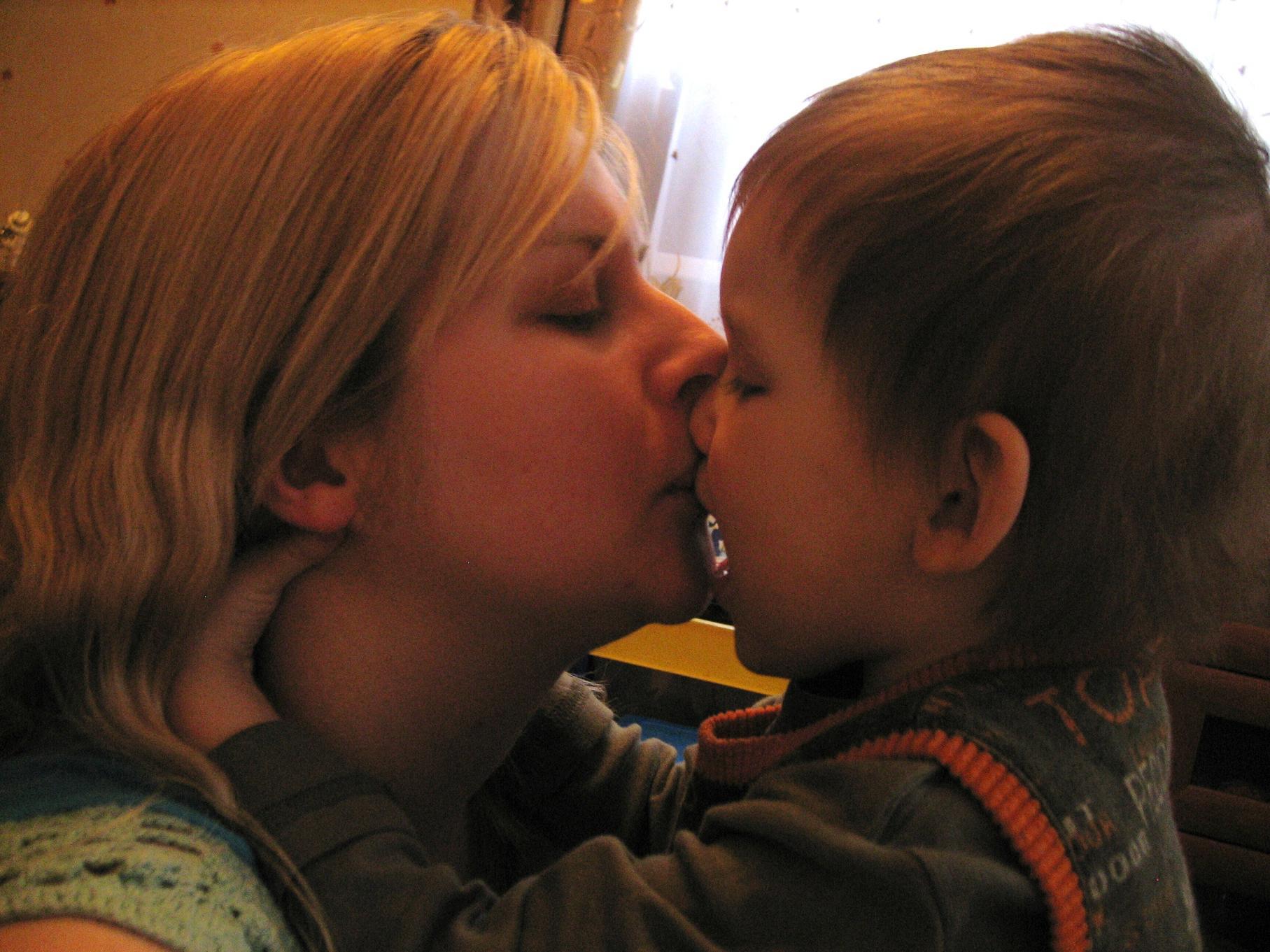 Сын цылует маму 8 фотография