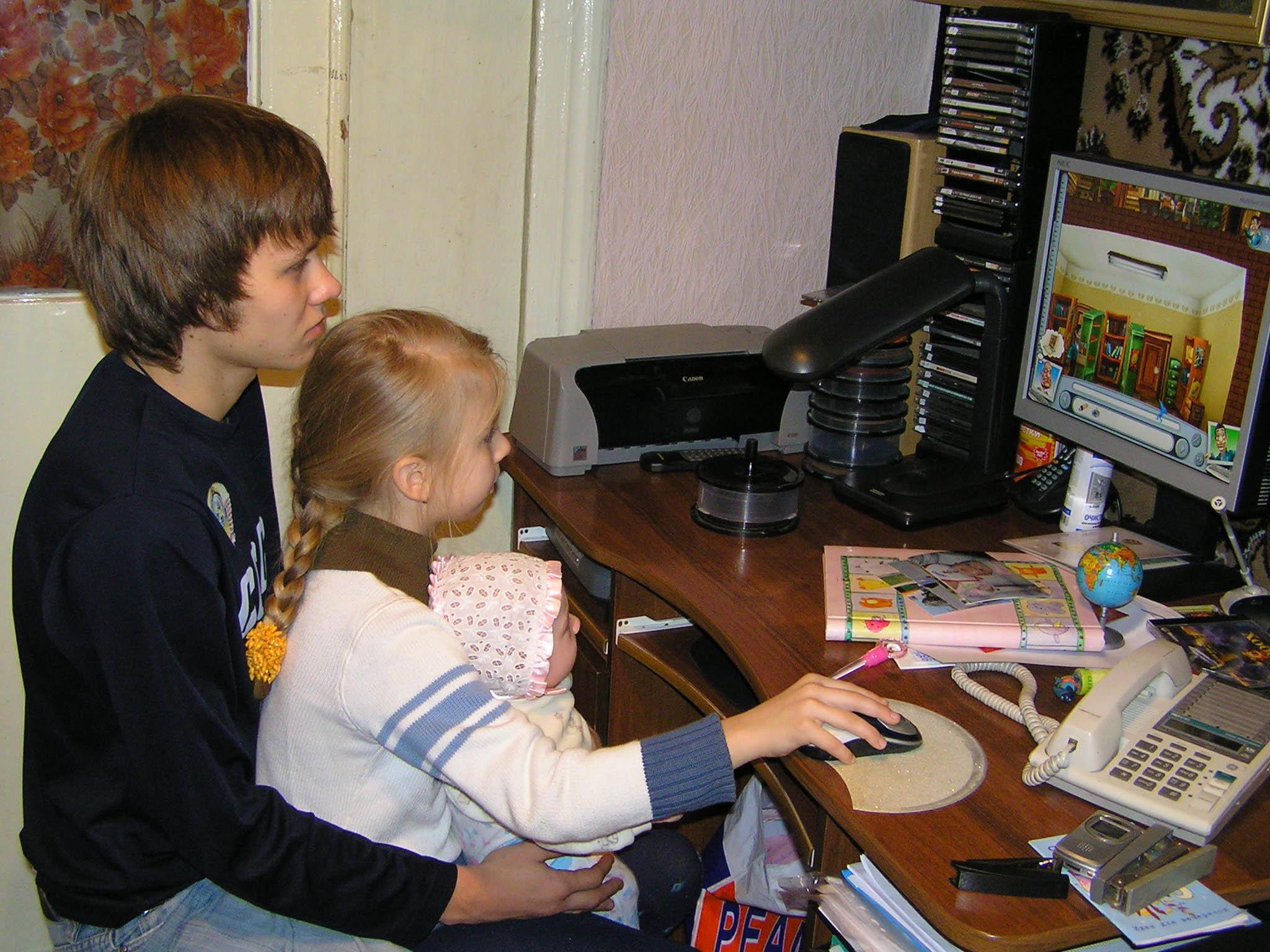 Старший брат младшую сестренку 13 фотография
