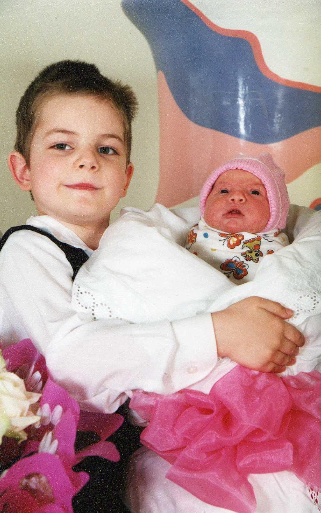 Старшая сестрёнка и братишка 12 фотография
