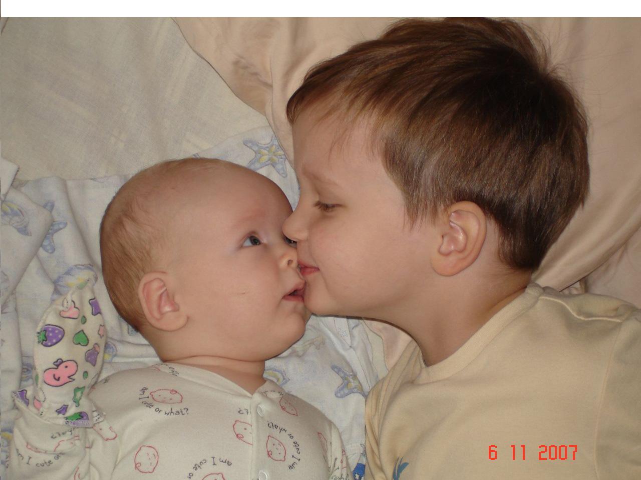Сестра заметила младшего брата 18 фотография
