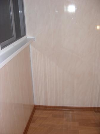 Отделка балкона цветными пластковыми панелями.. фото балкона.