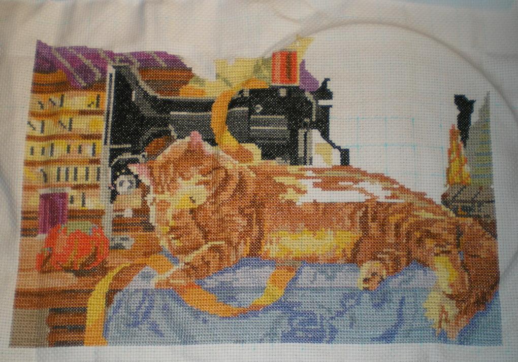 Вышивка кот в швейной комнате