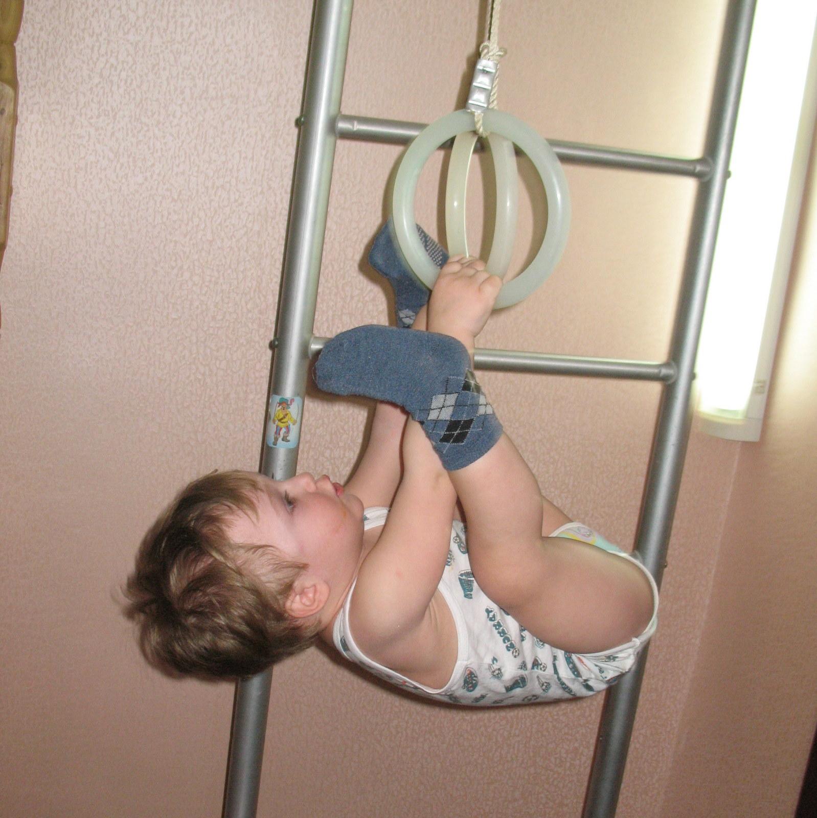 Делает гимнастику голая