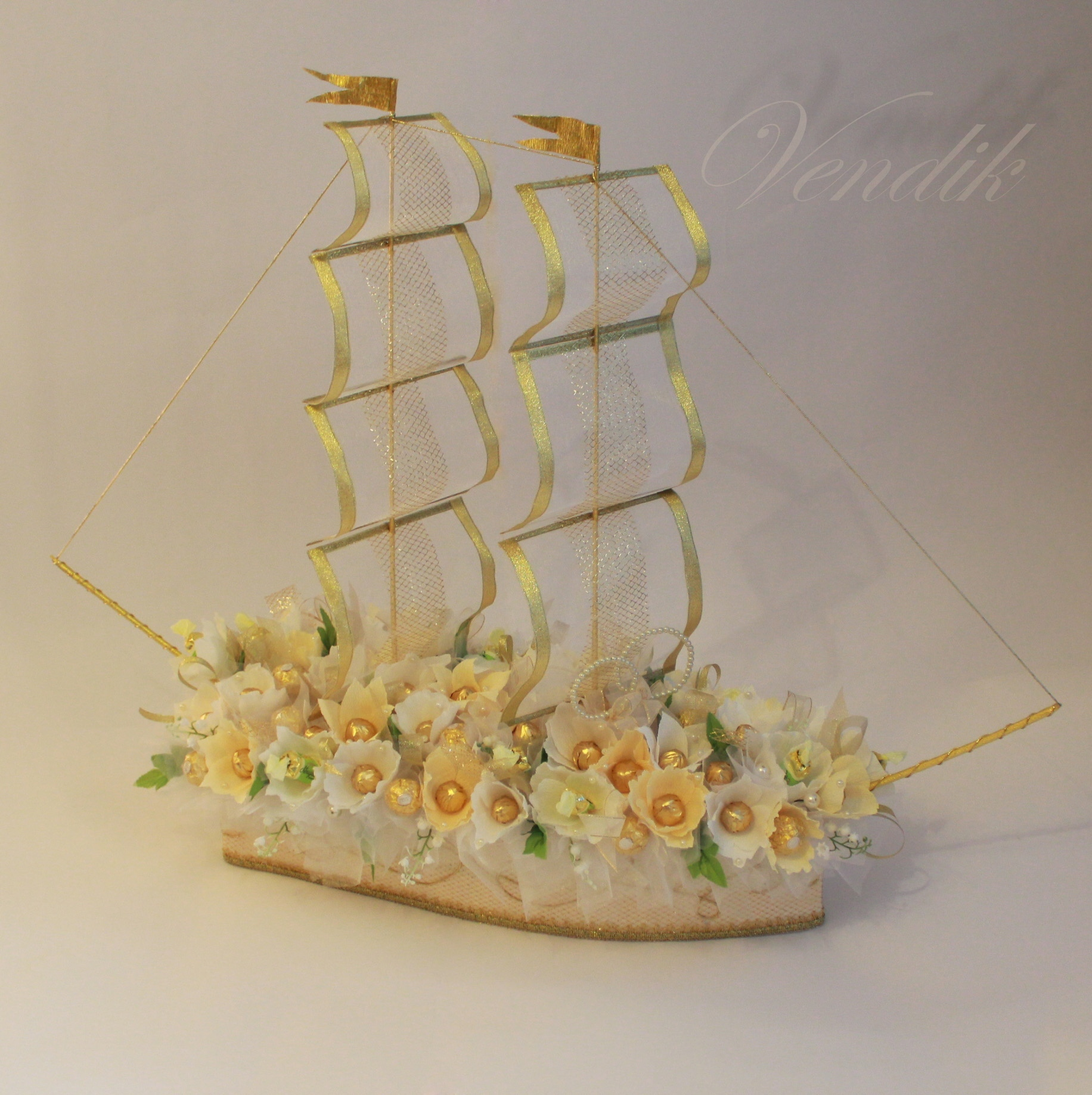 Букет цветов и корабль фото