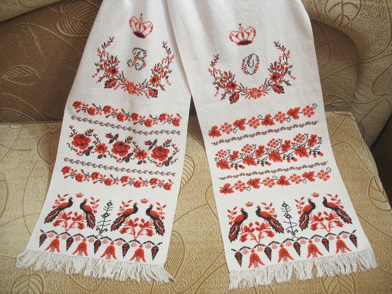 В областях Украины есть много пасхальных традиций и обычаев.  Вышивать пасхальный рушник, наверное, и нельзя назвать...