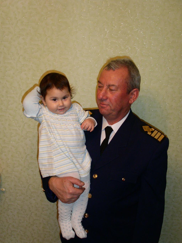 Аня с папой капитаном.