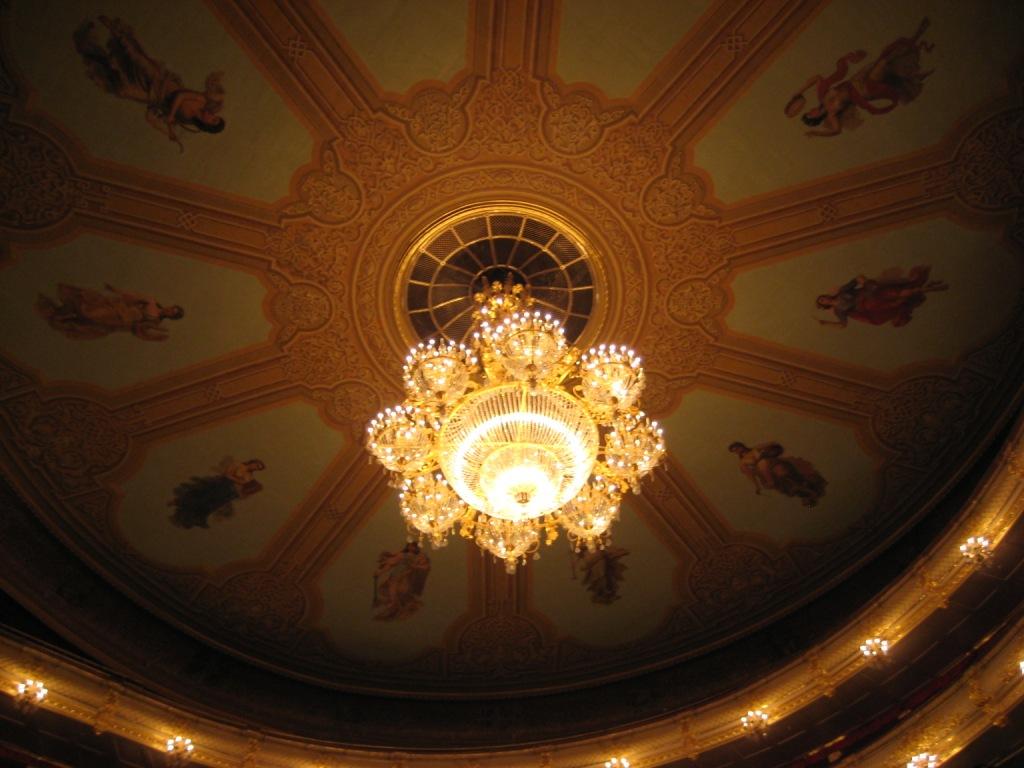 Люстра и музы на потолке театра. Большой театр