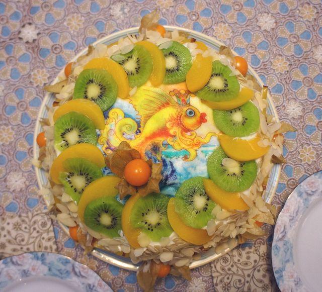 Торт украшенный персиками и киви