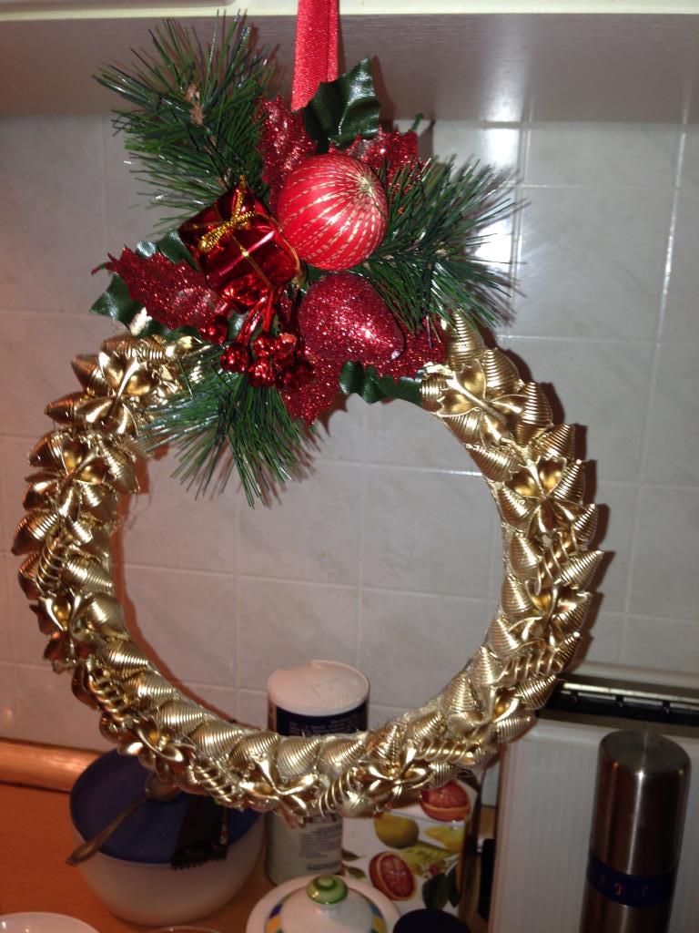 Венки новогодние своими руками из макарон 42