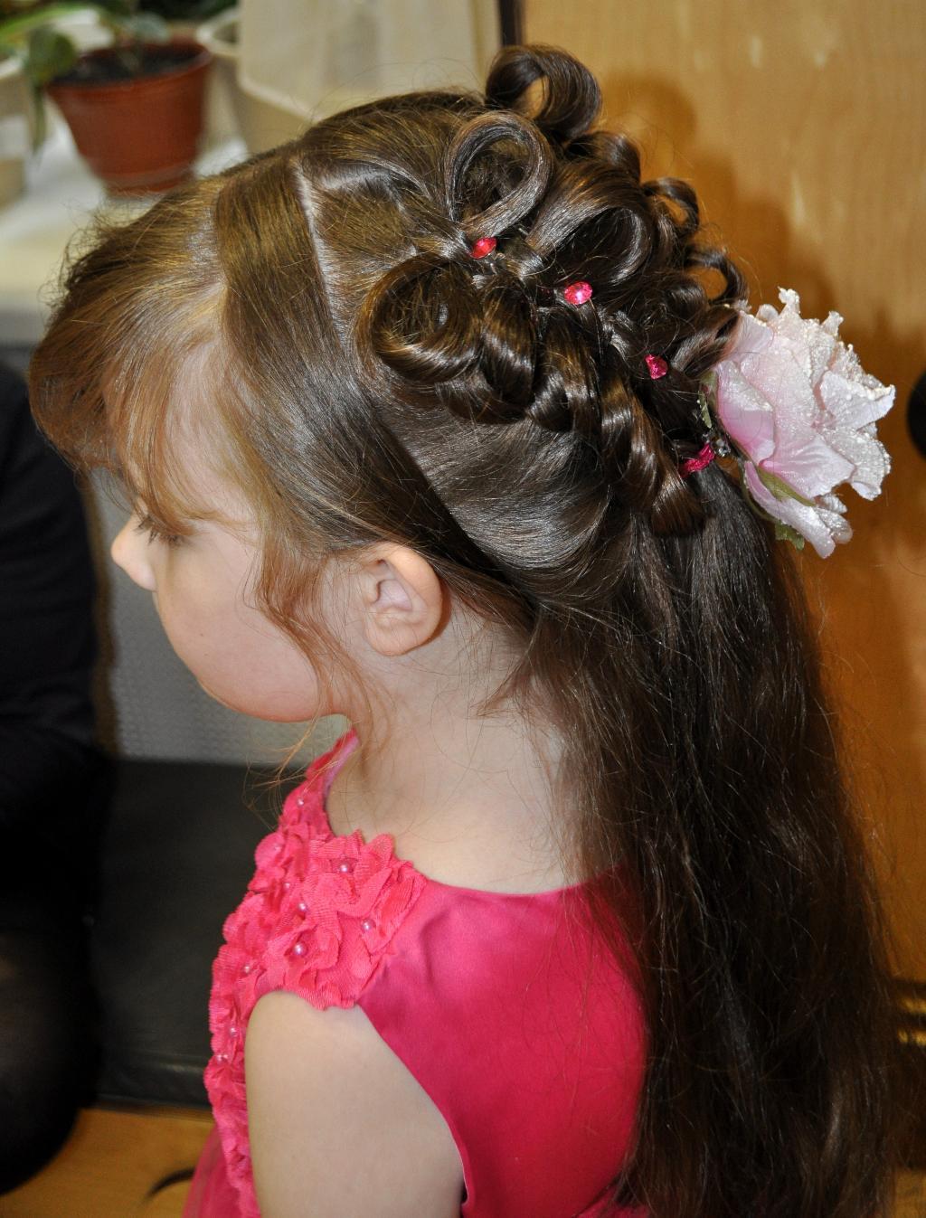 Праздничные детские прически на выпускной в детском саду