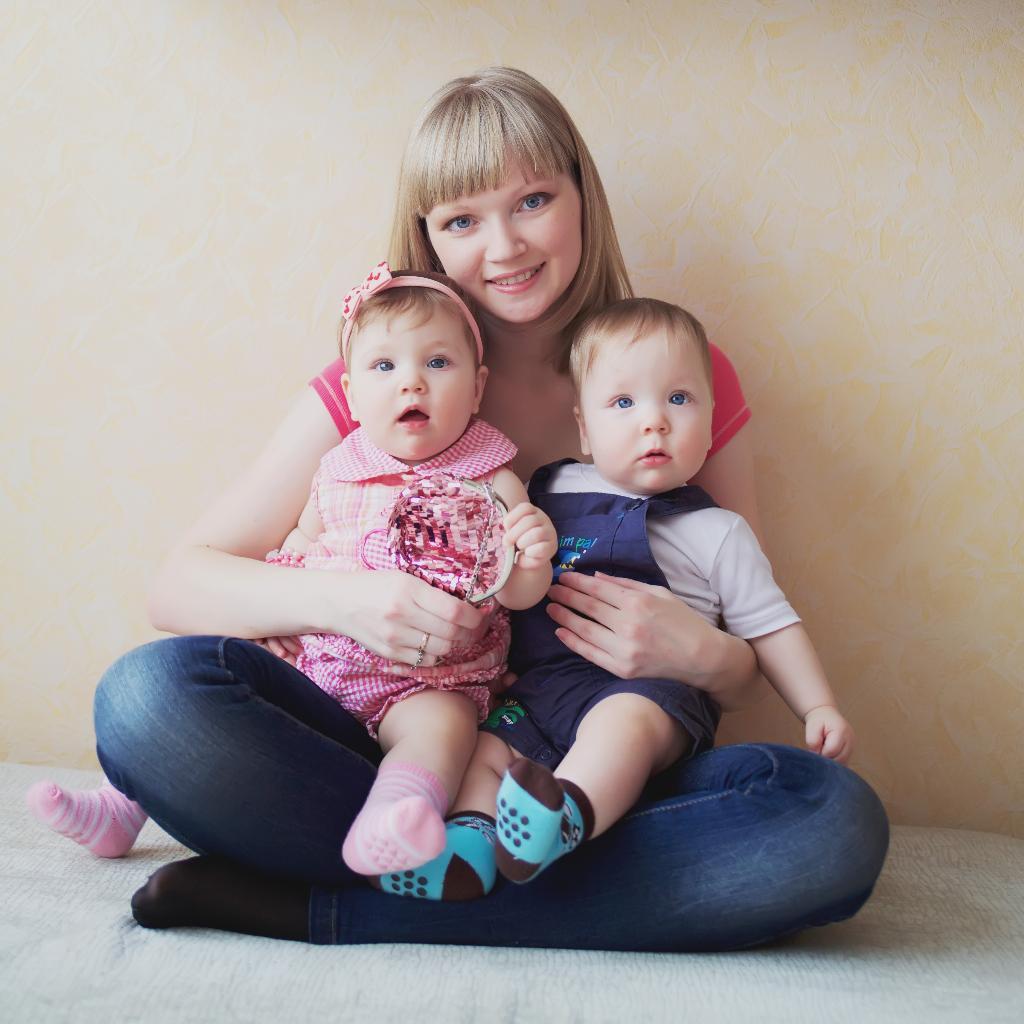 Фото детей двойняшек с мамой