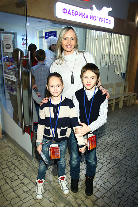 Мария Бутырская с дочерью Александрой и сыном Владиславом