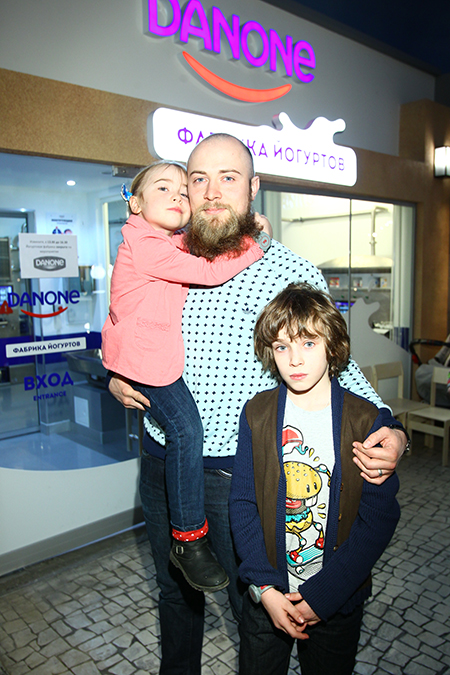 муж Тутты Ларсен с детьми Лукой и Мартой
