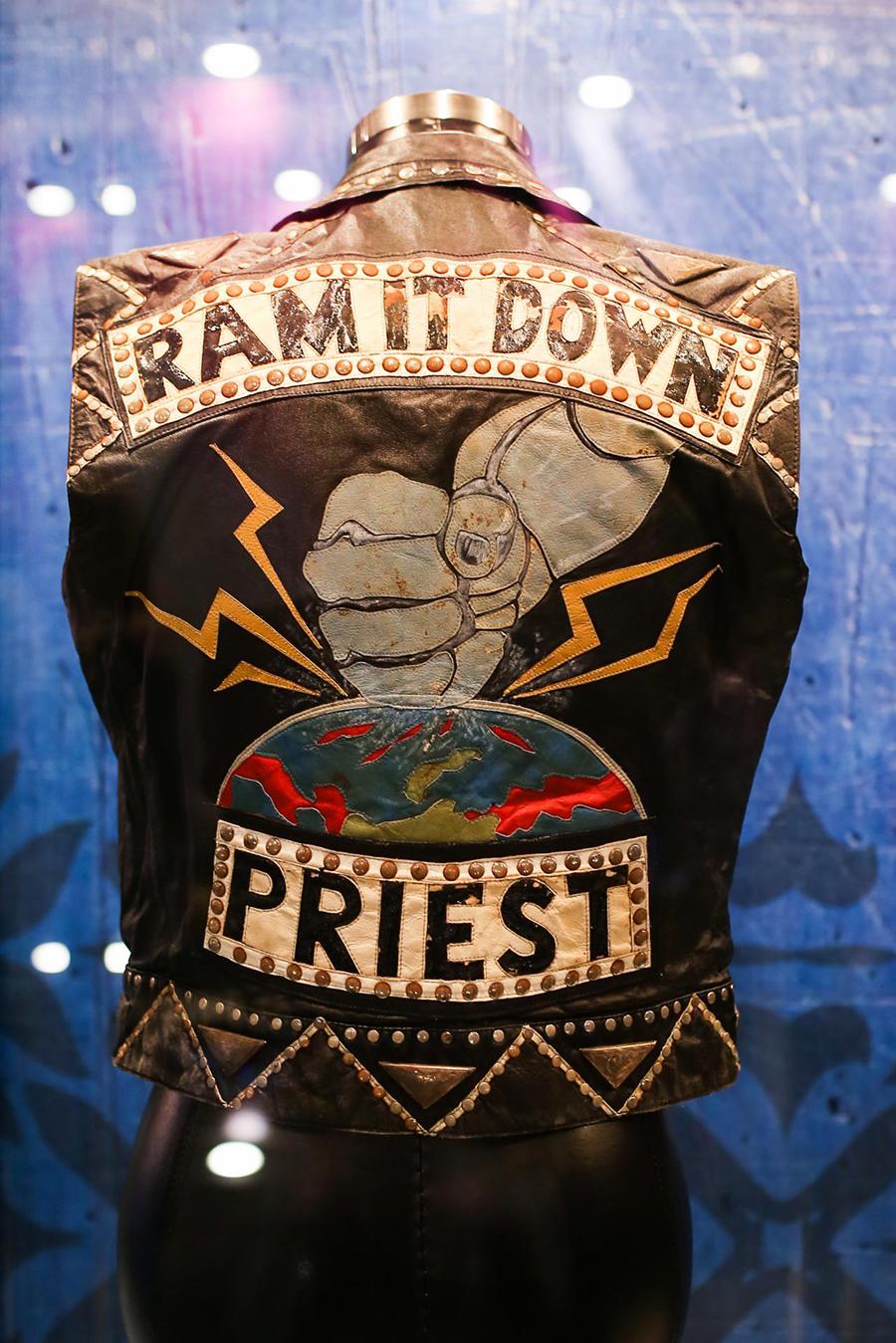 Выставка костюмов музыкальной премии GRAMMY