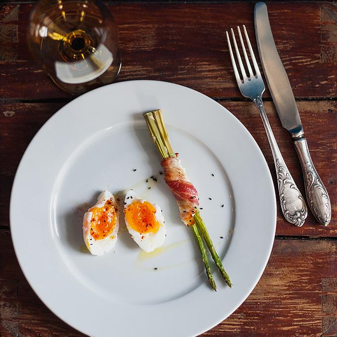 Спаржа с яйцом и беконом