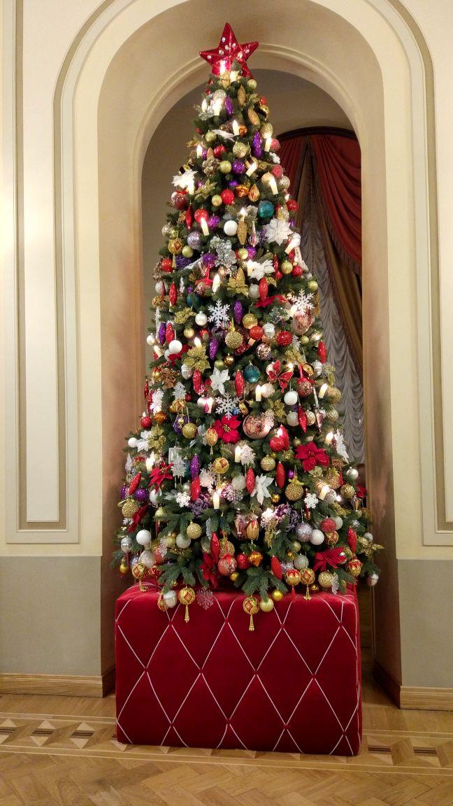 Новогоднее украшение в фойе БДТ (Санкт-Петербург). Блиц: новогодняя елка