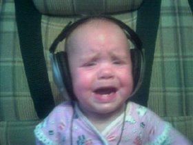 Саша слушает музыку