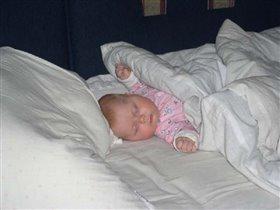 Как сладко спать на кровати родителей! р