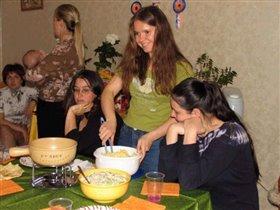 Хозяйка готовит фондю