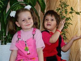 Сестрички улыбаются
