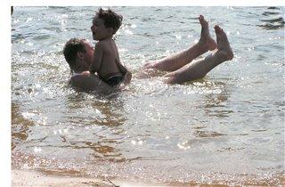 учимся плавать, глубина - 20 см!