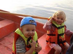 Полинка с Яником катаются на лодке