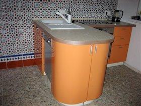 вид полуострова со стороны холодильника - серое - это ПММ, на которую привезли фальшпанель не того размера - ждем-с новую
