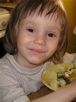Любаня кушает салат