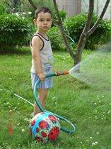 Помогаю газон поливать
