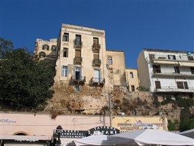 Жилые дома вырастают из стен разрушенной крепости