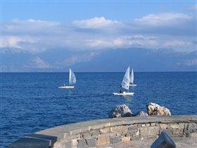 Яхты на фоне гор