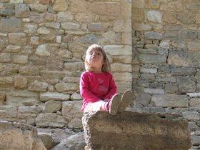 Лена на древнем камне