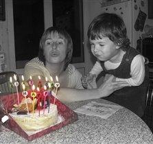 Янка помогает задувать мне свечки на торте