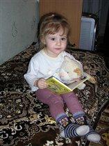 Даша учит котика читать