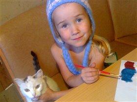 Лиза в новой шапке и кошка Сонька
